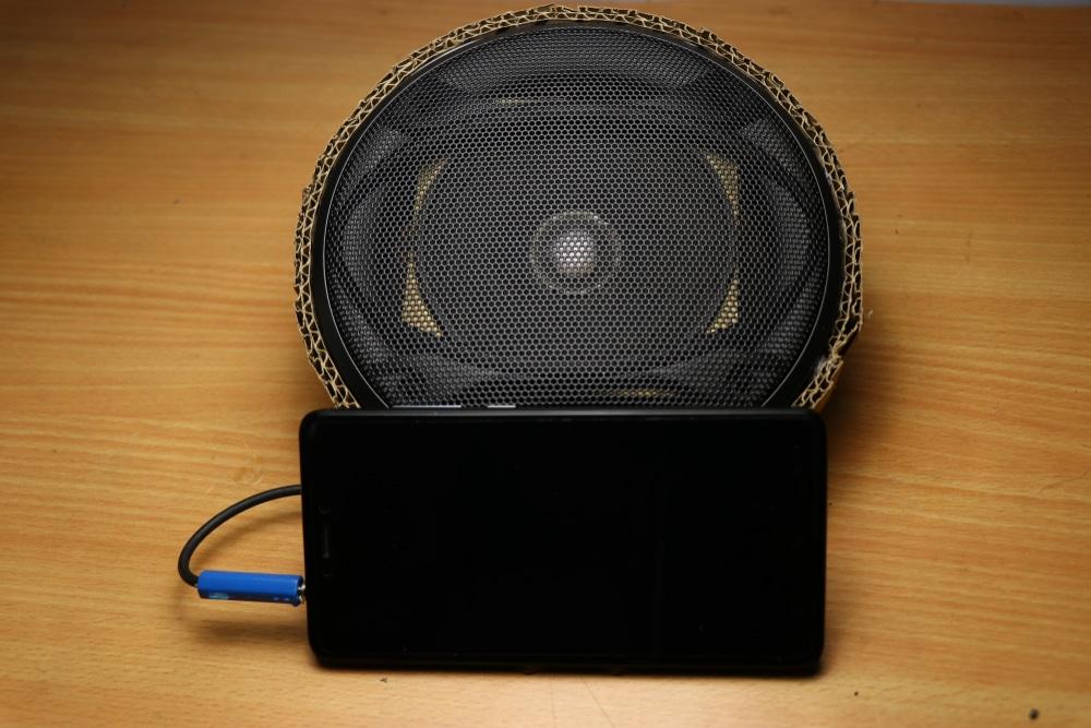 Come faccio a collegare gli altoparlanti a un amplificatore